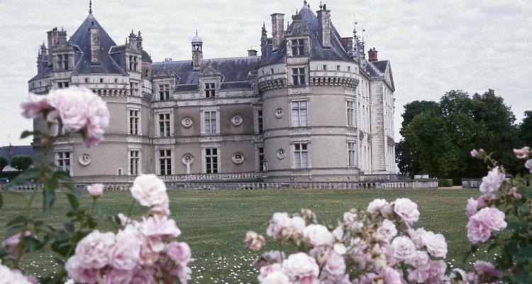 Decora una casa para que parezca un castillo medieval para una fiesta temática.