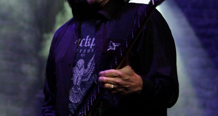 """Terence """"Geezer"""" Butler usando um baixo Precision com o Black Sabbath"""