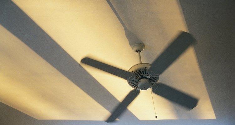 La cadena de tirador de un ventilador de techo controla velocidad y la luz del ventilador.