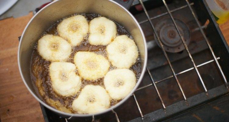 Sempre mantenha um olho no óleo, quando estiver fritando comida, para ter certeza que não comece a exalar fumaça