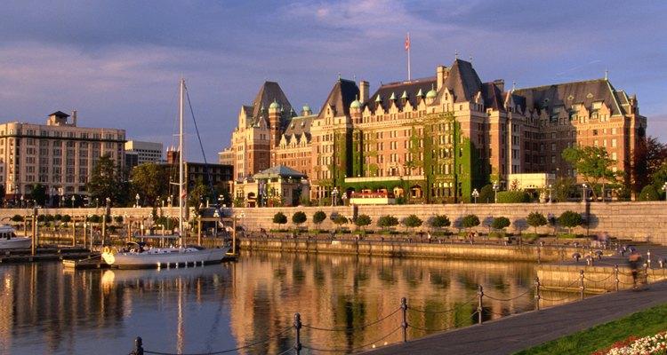 El hotel Fairmont Empress domina la bahía interior.