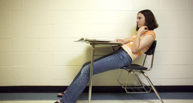 Recuédale a tu adolescente mantener una postura apropiada en la escuela.