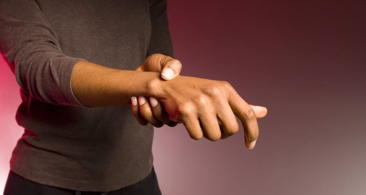 A dor no pulso com um nódulo geralmente é causada por lesões, cistos, saliências ósseas ou uso e desgaste diário