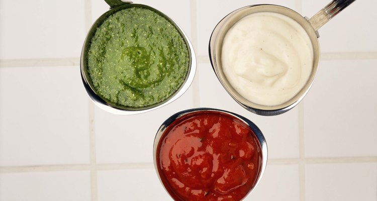 La goma guar se usa como agente espesante en salsas y aderezos.