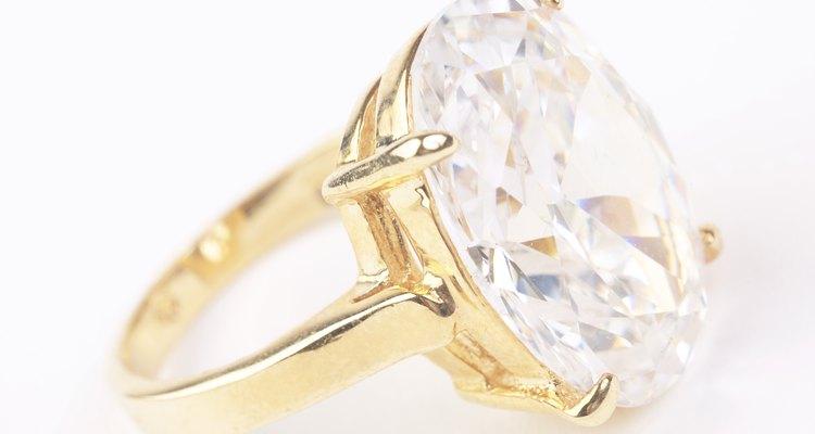 Los anillos de zirconia cúbica son mucho más baratos que los de diamante.