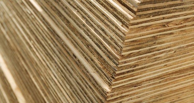 La madera contrachapada es conocida por su resistencia y durabilidad.