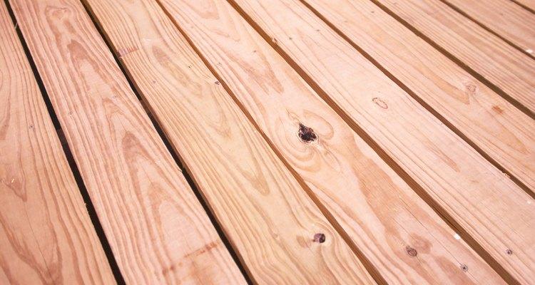 Um produto que enverniza e sela dá uma proteção duradoura ao deck de madeira