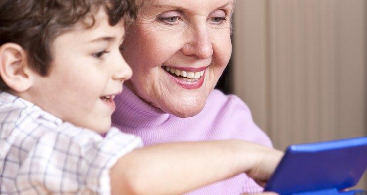 Abuela con consola portátil