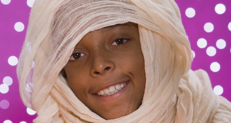 Haz un disfraz de momia sin salir de tu casa.