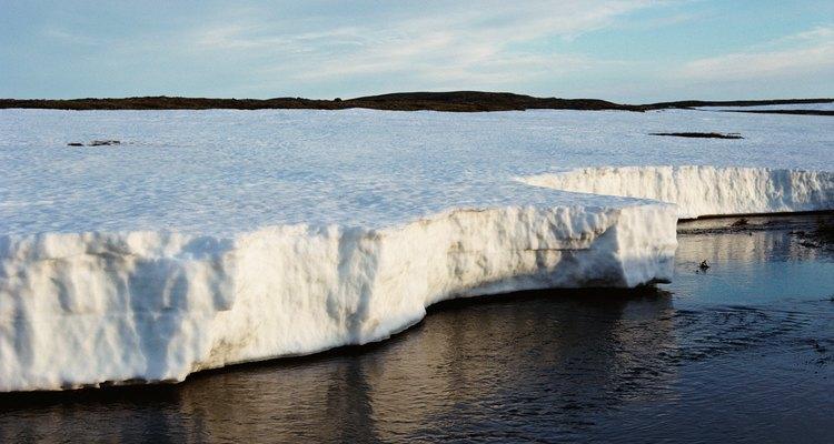 El calentamiento global es culpado de reducir el hielo ártico y antártico.