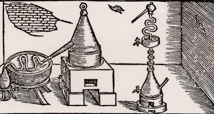 A água destilada é purificada por meio de um destilador e transformada em vapor