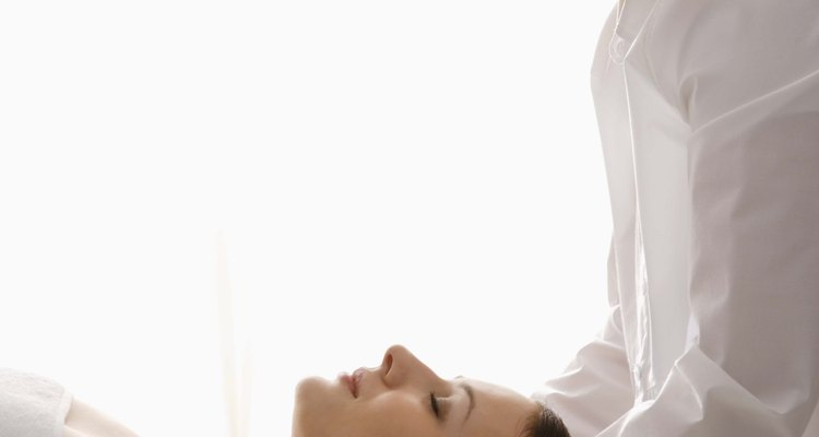 El reiki es uno de mos muchos tratamientos de spa únicos que están disponibles para regalar.