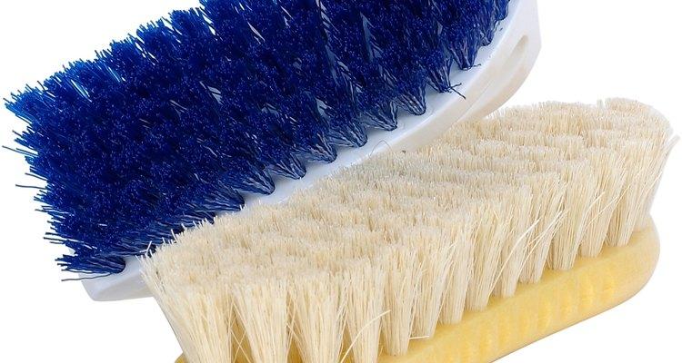 Esfregando os produtos certos é possível tirar manchas de pisos de cimento
