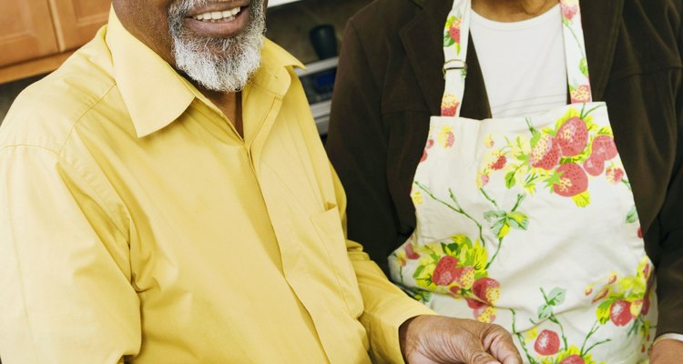 Casal de idosos preparando legumes