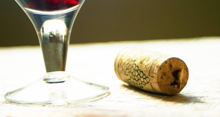 Aunque muchos podrían temblar ante la idea de combinar un vino tinto con pescado, los tintos ligeros no se superponen al salmón.