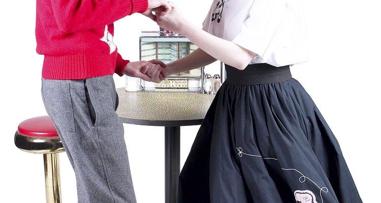 Muchos de los estilos de ropa de los bailes de los 50 son fáciles de encontrar en casa.