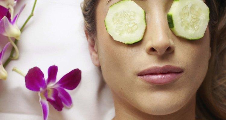 Las rodajas de pepinos sobre los ojos pueden reducir las bolsas bajo lo ojos.
