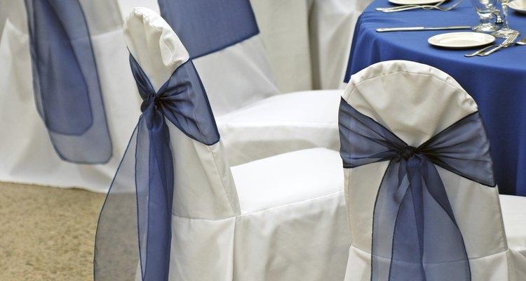 Boda con mesas decoradas con manteles azul rey.