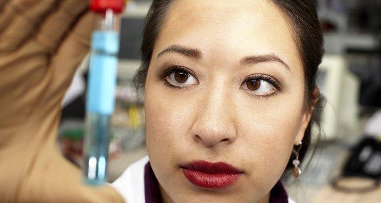 Los técnicos de laboratorio químico asisten a los científicos para realizar análisis.