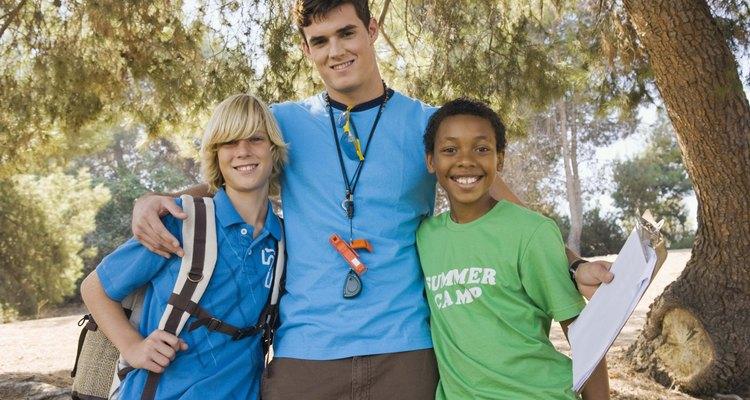 Los mentores del campamento ayudan a los niños a darse cuenta de cuánto valen.
