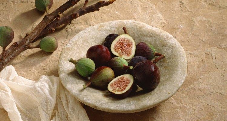 Quase todos os figos devem ser macios e roxo escuro, mas incluir alguns mais esverdeados ou esbranquiçados não tem problema