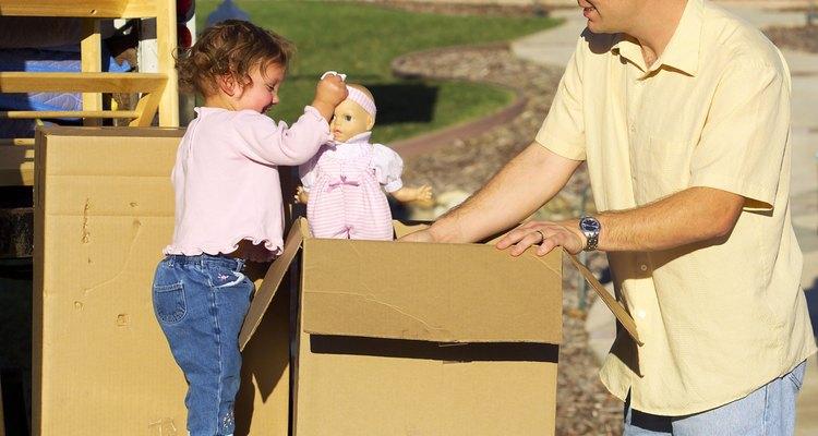 Deja que los niños pequeños ayuden a embalar sus propias cosas.