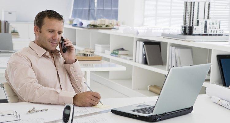 Llama a la persona con quien tienes una cita tan pronto como te des cuenta de que no podrás reunirte con ella.