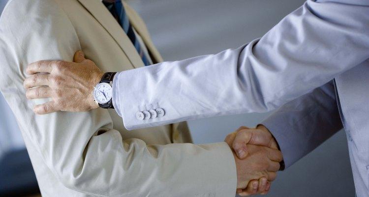 Personalize um aperto de mão maneiro simples ou elaborado, com um bom amigo