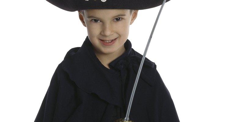 Haz un sombrero de fieltro con tres puntas para transformarte en un feroz pirata.