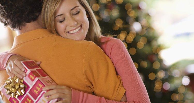 Decir 'gracias' junto con una abrazo es una forma cordial de agradecer a un amigo o un familiar.