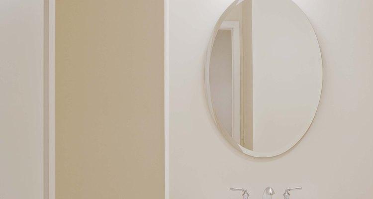 Los desagües del fregadero del cuarto de baño son comúnmente sellados con masilla de plomero.