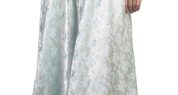 Un vestido favorecedor puede hacer que los hombros anchos luzcan más estrechos.