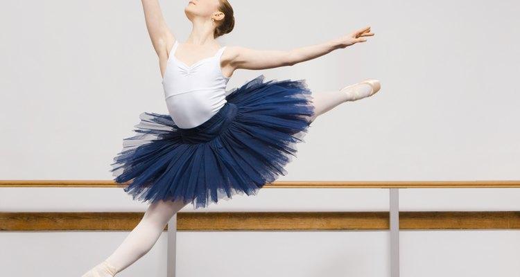 Los bailarines de ballet desarrollan músculos fuertes en las piernas para poder hacer saltos.
