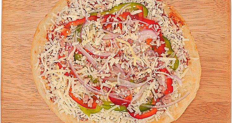 Coloque o recheio desejado na massa de pizza descongelada