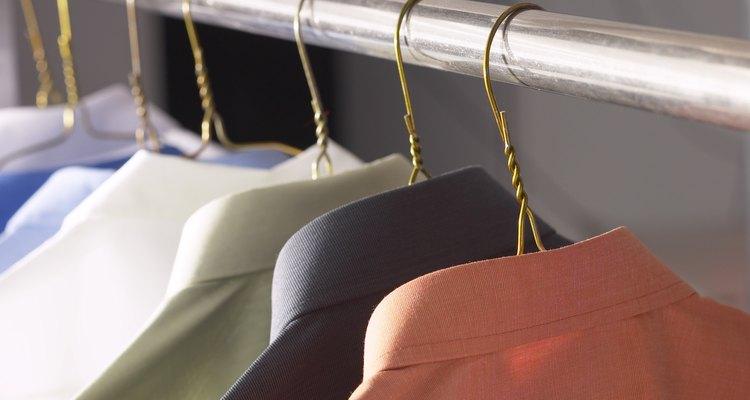 Quita las arrugas de una camisa de algodón usando artículos domésticos.