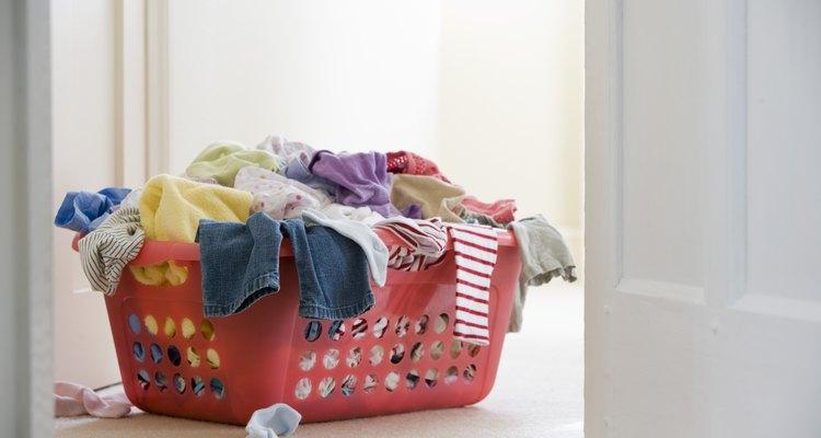 No dejes que la ropa manchada por Sharpies se quede en la canasta de la ropa sucia.