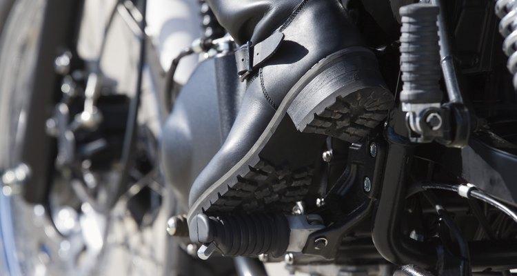 Cuide dos seus pés e de suas botas de aço preparando o calçado antes de passar o dia inteiro usando-o