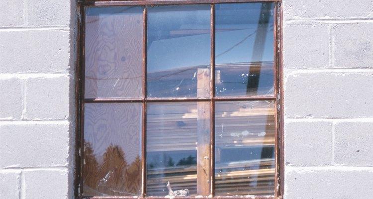 Evita las manchas de óxido en el vidrio eliminándolo de la zona.