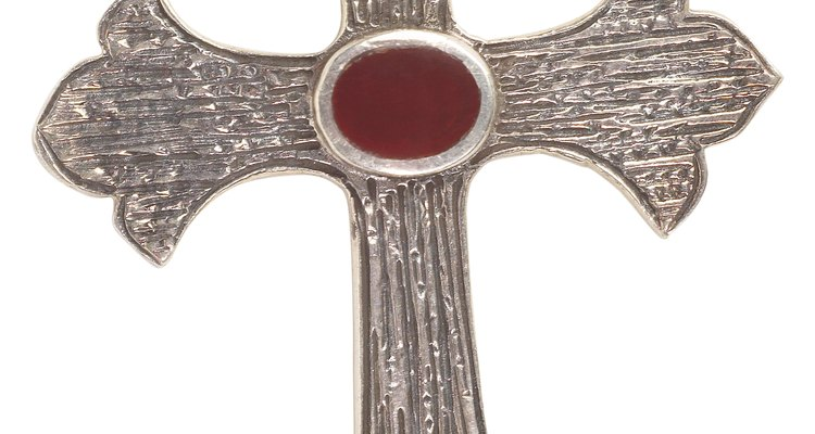 Lega una cruz como recuerdo de la familia, añadiendo una al lazo nupcial.