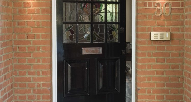 Cómo instalar una puerta con bisagra pivoteante.