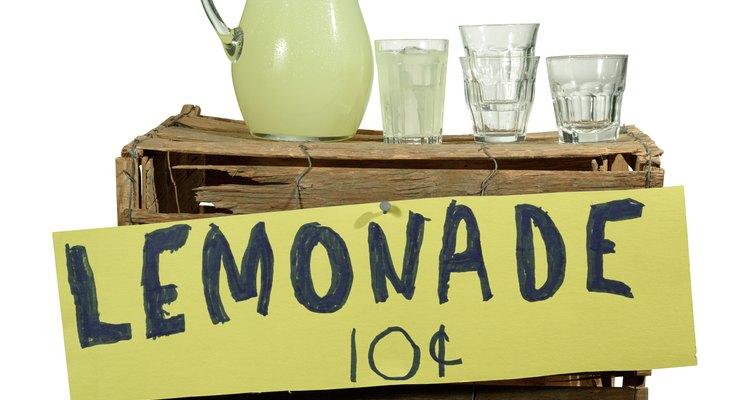 Haz limonada con jugo embotellado.