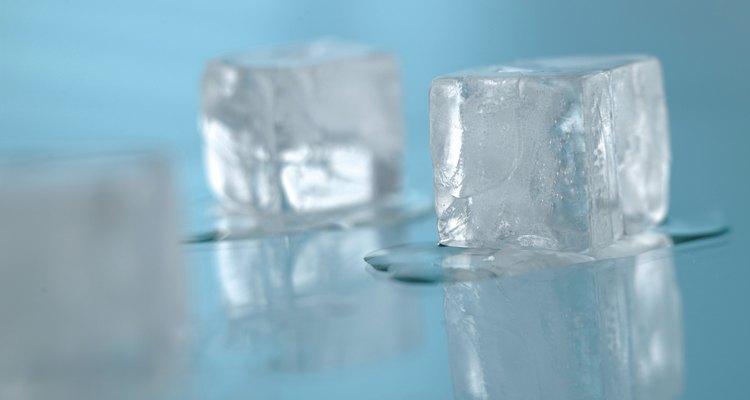 Coma lascas de gelo depois de vomitar para repor fluidos lentamente