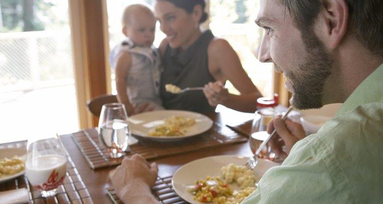 Una madre que introduce a su bebé en la alimentación con huevos.