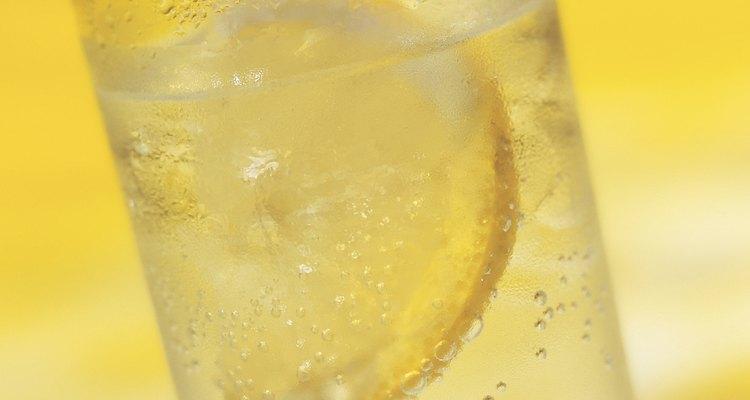 Agregar agua con gas le da a la limonada común un aumento de la efervescencia.