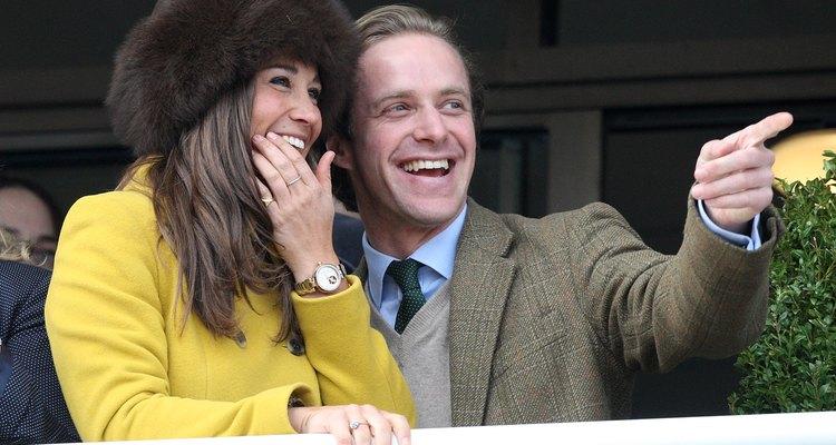 Pippa Middleton y Tom Kingston, quienes se visten de tweed, disfrutan de su visita al Cheltenham Racecourse en Cheltenham, England.