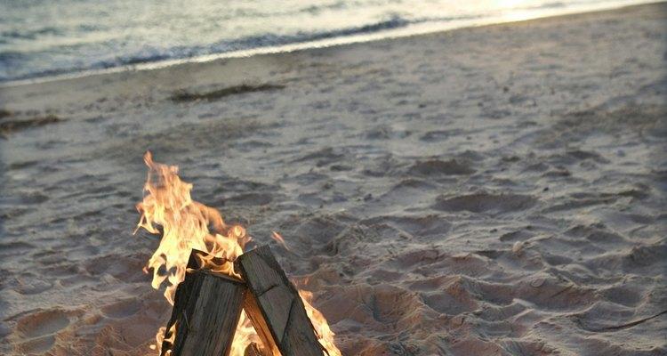 Acender uma fogueira na chuva pode evitar hipotermia