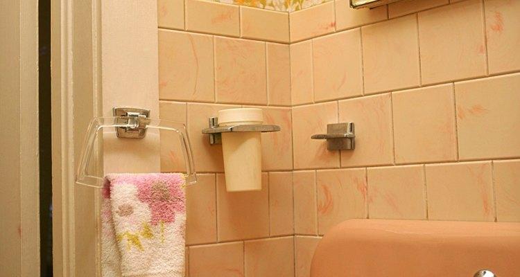 Um porta toalhas ao lado da pia deve estar à altura da cintura