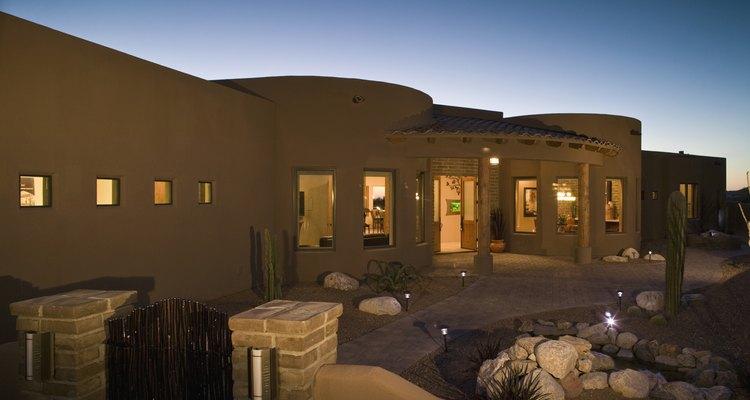 Cuando diseñes y construyas una casa en un clima cálido y húmedo, hay algunos pasos que puedes seguir.