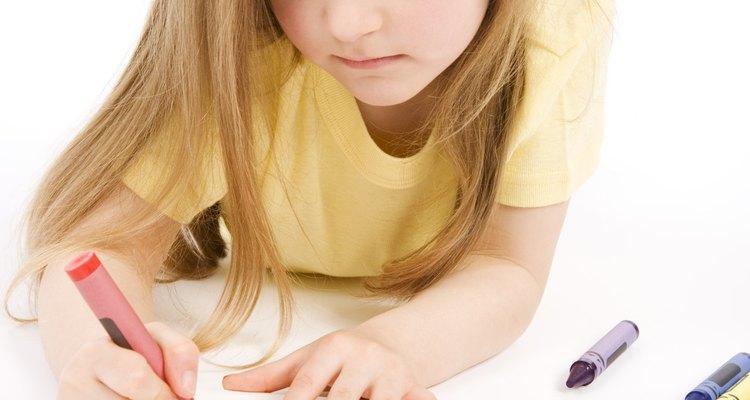 Después de que los niños dominen el trazo de las letras del alfabeto hazlos escribirlas en hojas de papel en blanco.