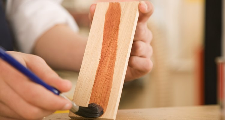 A resina de polímero pode ser usada para impermeabilizar e prevenir rachaduras na madeira